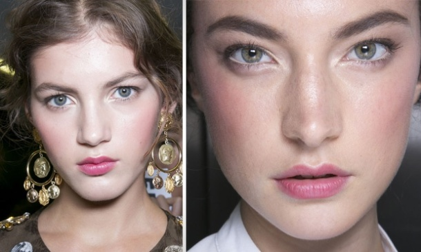 Dolce e GabbanaMake leve e iluminado. Nos lábios, um leve batom rosado e blush da mesma cor para marcar as maçãs.